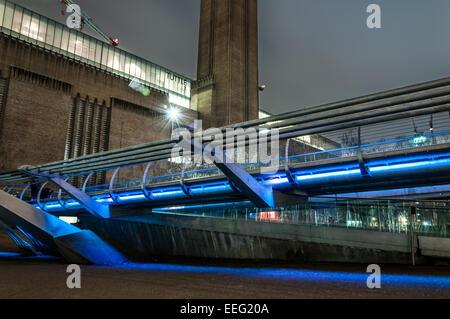 Tate Modern and Millennium bridge at night - Stock Photo