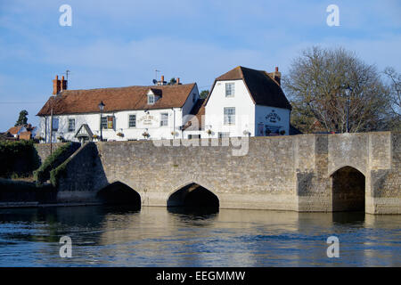 The Nag's Head pub on the old stone road bridge over the River Thames, in Abingdon, Oxfordshire. - Stock Photo