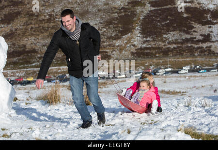 Brecon, Wales, UK. 18th Jan, 2015.  Blake Jones and Daughter Farron (4) and friend Lainey Beddard (7)  enjoy the - Stock Photo