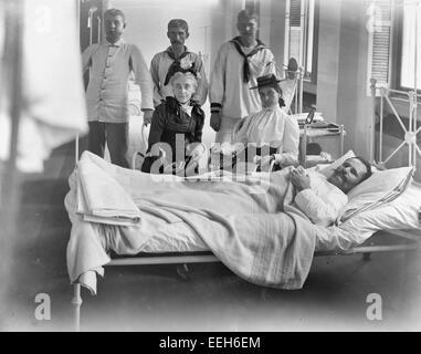 Brooklyn Navy Yard Hospital, visiting a patient, circa 1900 - Stock Photo