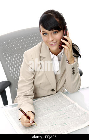 Frau, Tageszeitung, Stellenanzeigen, Wohnungsanzeigen, Miete, Mieten, Wohnungsmarkt, Wohnungssuche, Markieren, Arbeitssuche, - Stock Photo
