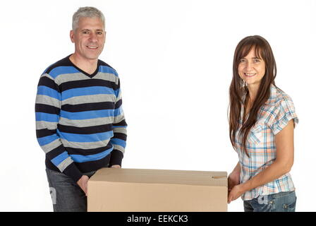 Paar mittleren Alters mit Umzugskartons, Middle-aged couple with removal boxes - Stock Photo