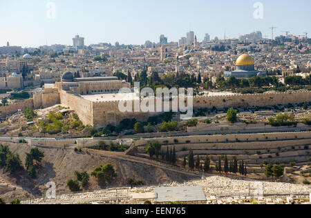 The temple mount with the al-aqsa mosque and the dome of the rock seen from the mount of olives - Stock Photo