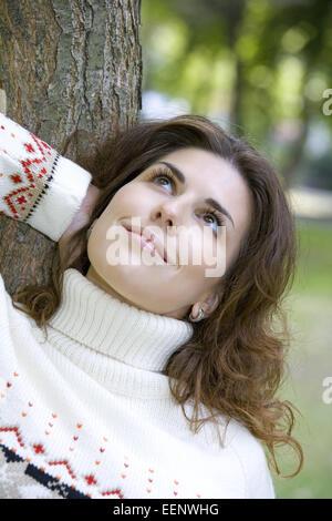 Frau, dunkelhaarig, Portrait, Herbst, 20-30 Jahre, Frauenportrait, Strickpullover, Pullover, Zufriedenheit, Ausgeglichenheit, - Stock Photo