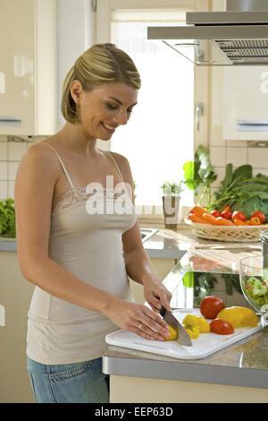 Kueche, kochen, Gemuese, schneiden, , probieren, 20-30 Jahre, Haushalt, Kuechenarbeit, Hausarbeit, Lebensmittel, - Stock Photo