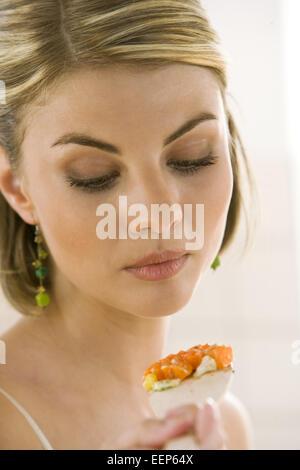 Kueche, kochen, Gemuese, probieren, 20-30 Jahre, Haushalt, , Kuechenarbeit, Hausarbeit, Lebensmittel, Nahrungsmittel, - Stock Photo