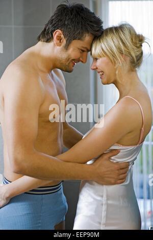 Badezimmer, modern, modernes, Paar, jung, Mann, , Oberkoerper, frei, Frau,  Nachthemd, innen, Zuhause, Bad, Hygiene, - Stock Photo