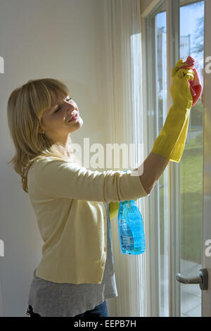 20-30 Jahre, Fenster, Fensterputzen, Fensterscheiben, Freizeitkleidung, Glasreiniger, Gruendlichkeit, Gummihandschuhe, - Stock Photo