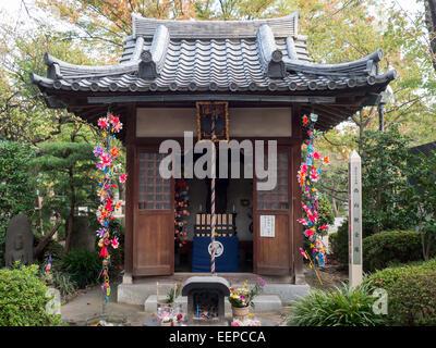 Small shrine in Zojo-ji temple, Tokyo - Stock Photo