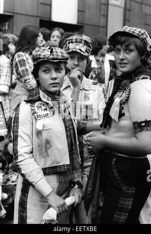 Young people outside London venue where the Bay City Rollers were playing in the 1976 - Stock Photo
