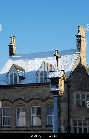 The Market Square Cross in the winter snow. Stow On the Wold, Cotswolds, Gloucestershire, England - Stock Photo