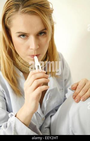 Frau, Fieber, Besorgt, Blick, Fieberthermometer, Portrait, Jung, Krankheit, Thermometer, Temperatur, Gefuehl, Unwohlsein, Erkael