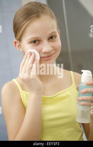 12-14 Jahre, Akne, Behandlung, Portrait, Gesicht, Gesichtsausdruck, Gesichtshaut, Gesichtspflege, Haut, Hautpflege, - Stock Photo