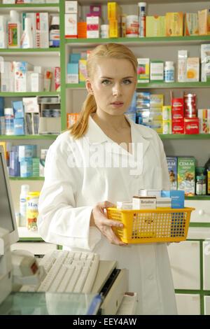Apothekerin, Apothekerschrank, entnehmen, Apotheke, Frau, 20-30 Jahre, Angestellte, PTA, Arbeit, Job, Beruf, Pharmazeutin, - Stock Photo
