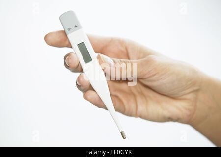 Frau Fieber Hand Fieberthermometer Krankheit Thermometer Temperatur Erkaeltung Grippe Fiebrig Close up (Modellfreigabe)