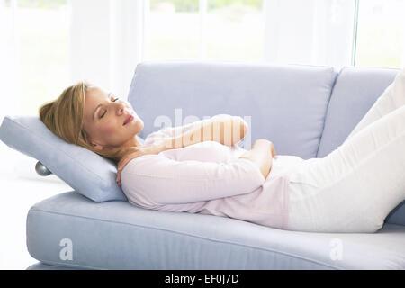 Wohnzimmer Sofa Frau Liegen Schlafen Women Innen Zuhause Couch Schlaf Muede Ausruhen Ruhe Ruhepause Entspannen Entspannung