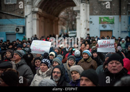 Donetsk, Ukraine. 24th Jan, 2015. Local citizens attend a mourning ceremony for people, who died in an explosion - Stock Photo