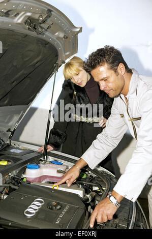 Autowerkstatt Mechaniker Kundin Kundendienst, Beratung erklaeren Wartung Werkstatt Mann Frau Kundenbetreuung Arbeiter - Stock Photo