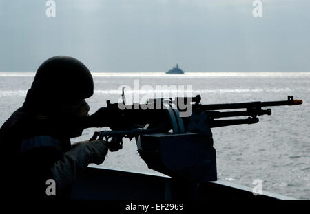 AJAXNETPHOTO - 2005 - ROYAL NAVY FOST TRAINING - A SAILOR ON THE BRIDGE OF THE FRIGATE HMS KENT ON THE DEFENSIVE - Stock Photo