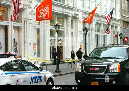 New York, USA. 25th January, 2015. (Police cordon off the site of a shooting inside a Mahhattan Home Deport store - Stock Photo
