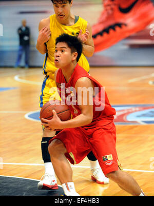 Hong Kong, China. 27th Jan, 2015. Suchon Maitamptiak (front) of Thailand makes a shot during the Super Kung Sheung - Stock Photo