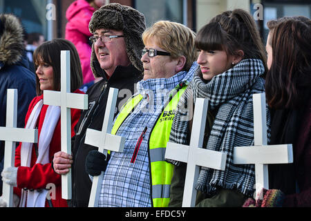 Londonderry, Northern Ireland, UK. 1st February, 2015. People carry crosses as thousands participate in the Bloody - Stock Photo