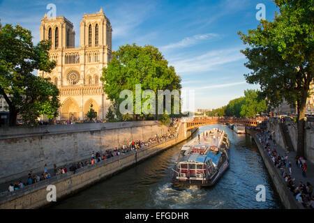 Parisians along River Seine, below Cathedral Notre Dame celebrate Fête de la Musique - annual city-wide music festival - Stock Photo