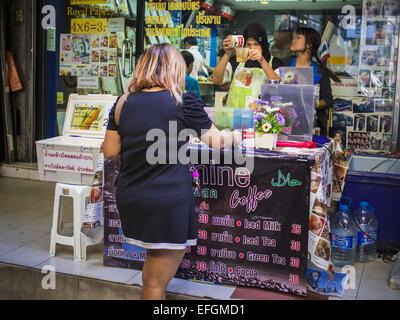 Bangkok, Bangkok, Thailand. 4th Feb, 2015. A vendor makes a class of iced coffee for a customer on Silom Road in - Stock Photo