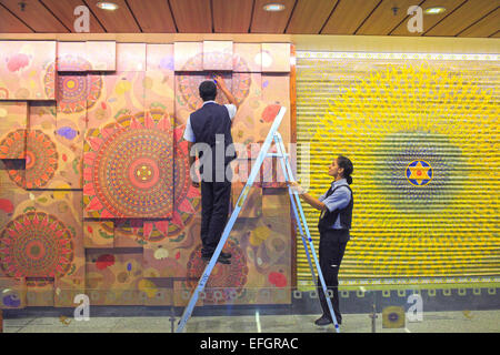 Mumbai, Maharashtra, India. 24th Dec, 2014. 24 december, Mumbai - India:.A view of the workers cleaning the Art - Stock Photo