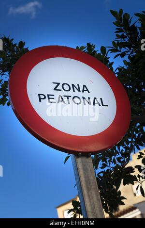 zona peatonal Spanish pedestrian zone sign - Stock Photo