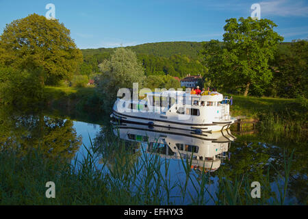 Houseboat in the Doubs-Rhine-Rhone-channel near Lock 48 Chaleze, Doubs, Region Franche-Comte, France, Europe - Stock Photo