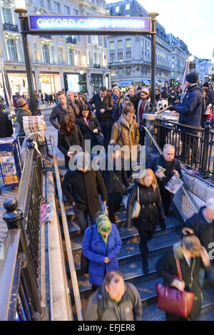 Oxford Street, London, UK. 5th February 2015. Commuters make their way home in rush hour during the London bus strike. - Stock Photo