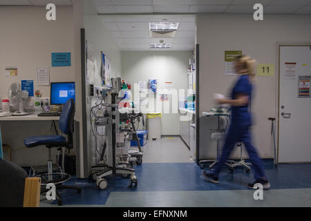 A busy hospital with doctors, nurses and staff busy at work in an accident and emergency ward in a British hospital - Stock Photo