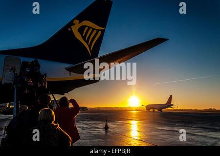 Bristol, UK.  weather. Bristol Airport, England. Passengers boarding a Ryanair flight to Dublin at sunrise as an - Stock Photo