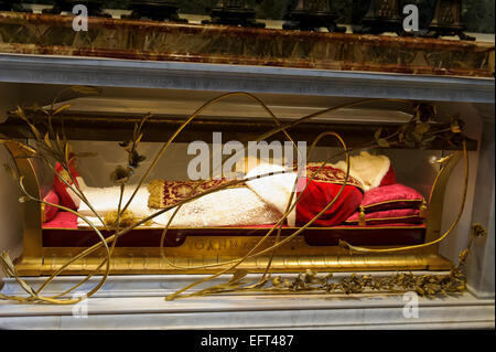 The body of Pope John XXIII in its tomb, St Peter's basilica, Vatican, Rome Italy. - Stock Photo