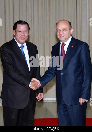 Phnom Penh. 11th Feb, 2015. Cambodian Prime Minister Hun Sen (L) meets with Turkey's Science, Industry and Technology - Stock Photo
