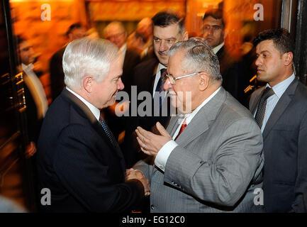U.S. Defense Secretary Robert M. Gates talks with Iraqi President Jalal Talabani at the Presidency Council Diwan - Stock Photo