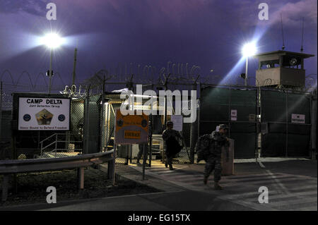 GUANTANAMO BAY, Cuba – Soldiers with the Rhode Island Army National Guard's 115th Military Police Company exit a - Stock Photo