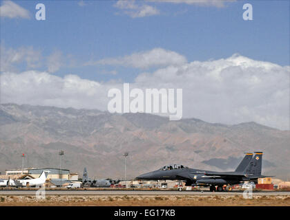 An F-15E Strike Eagle piloted by U.S. Air Force Capt. Frank Fryar, 336th Expeditionary Fighter Squadron, U.S. Army - Stock Photo