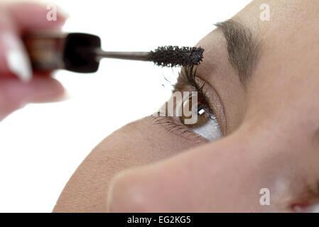 Make Up Stoel : Frau tuscht sich die wimpern make up styling wimperntusche stock