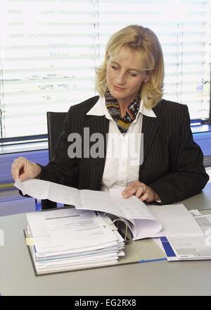 Frau Unterlagen Akten Angestellte Buero Chefin Bueroangestellte Business Dokumente Durchlesen Durchsehen Geschaeftsfrau - Stock Photo