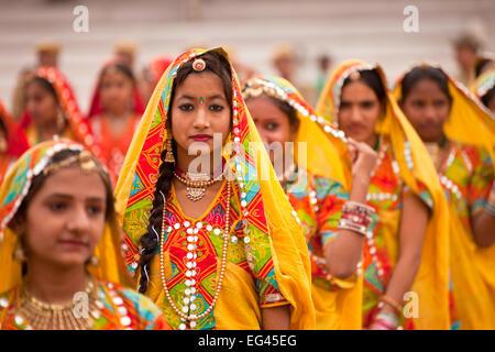 Junge Frauen in der typischen farbenfrohen Tracht der Rajasthanis beim Kamel- und Viehmarkt Pushkar Mela in Pushkar, - Stock Photo