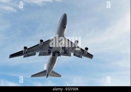 low flying jumbo jet boeing 747 - Stock Photo