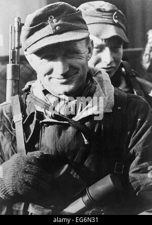 Two German soldiers, one middle aged, on the Oder Front in early 1945. The Soviet (Russian) armies were near but - Stock Photo