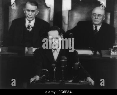 Gen. Douglas MacArthur delivering his farewell address to a joint session of Congress. Behind him are Vice-President - Stock Photo