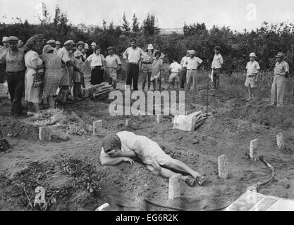 A grief stricken mother lying on the grave of her Haganah soldier son. Near Tel Aviv, July 31, 1948. Over 6,000 - Stock Photo