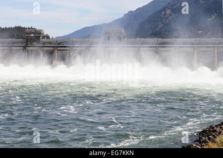 The Bonneville hydroelectric dam on the Columbia River near Portland Oregon, USA. - Stock Photo