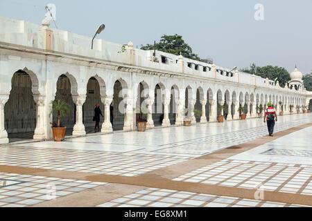 Man walking by arches, Gurudwara (Sikh temple) Bangla Sahib, New Delhi, India - Stock Photo