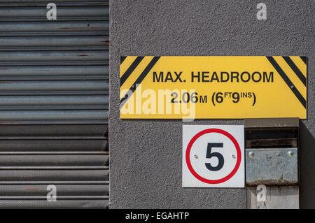 Maximum headroom warning sign for motorists - Stock Photo