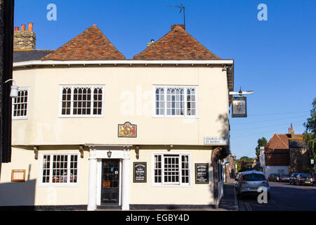 England, Sandwich. The King's Arms Public house, with coat of arms above door, 1592. Strand Street - Stock Photo